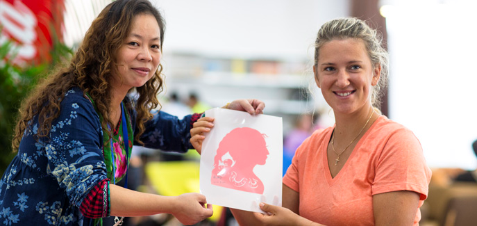 Victoria Azarenka appreciates traditional Chinese paper-cutting