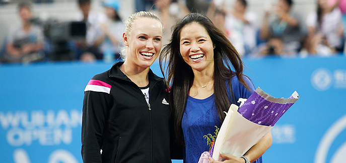 Caroline Wozniacki presents flowers to Li Na